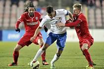 Milan Baroš z Ostravy (uprostřed) se snaží obehrát fotbalisty Brna Pavla Zavadila (vlevo) a Radka Buchtu.