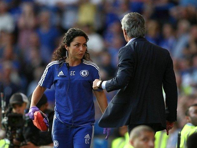 Trenér Chelsea José Mourinho se rozzuřil na týmovou lékařku Evu Carneirovou (vlevo).