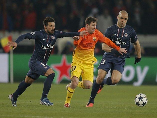Lionel Messi z Barcelony (uprostřed) uniká fotbalistům Paris St. Germain Ezequielu Lavezzimu (vlevo) a Alexovi.