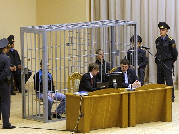 Atentátníci z metra v Minsku u soudu: Uladzislav Kavaljov a Dzmitryj Kanavalav.