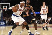 LeBron James z Clevelandu (v tmavém) brání Carmela Anthonyho z New York Knicks.