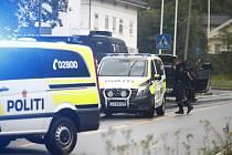 Policejní auta před mešitou poblíž norského hlavního města Oslo