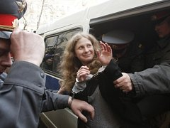 Zadržená Maria Aljochinová ze skupiny Pussy Riot