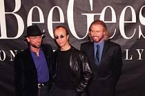 Zakládající člen britské skupiny Bee Gees, zpěvák Robin Gibb (uprostřed) v neděli zemřel ve věku 62 let.