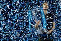 Andy Murray s trofejí pro vítěze Turnaje mistrů.