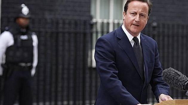 Britský premiér David Cameron oznamuje, že zesílí policejní ochranu v ulicích
