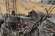 Záchranáři hledají přeživší v troskách po úterní explozi v libanonském Bejrútu, 6. srpna 2020