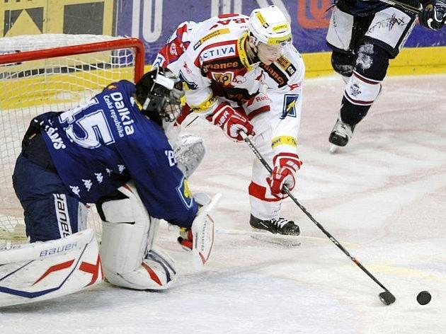 Slávista Tomáš Micka ohrožuje vítkovického gólmana Romana Málka.