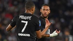Kylian Mbappé si vyměnuje názory s Neymarem.