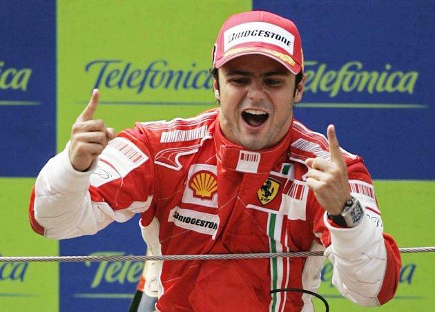 Brazilský pilot Felipe Massa se raduje z vítězství v Barceloně.