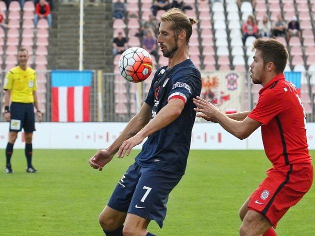 Libor Došek ze Slovácka (vlevo) si zpracovává míč před Petrem Buchtou z Brna.