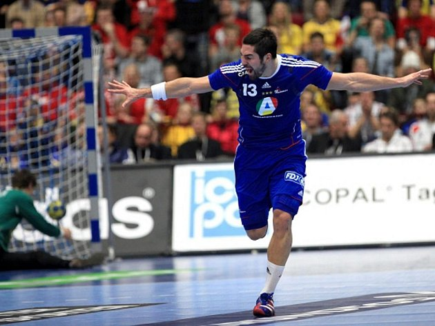 Házenkář Francie Franck Junillon se raduje z gólu ve finále MS proti Dánsku.