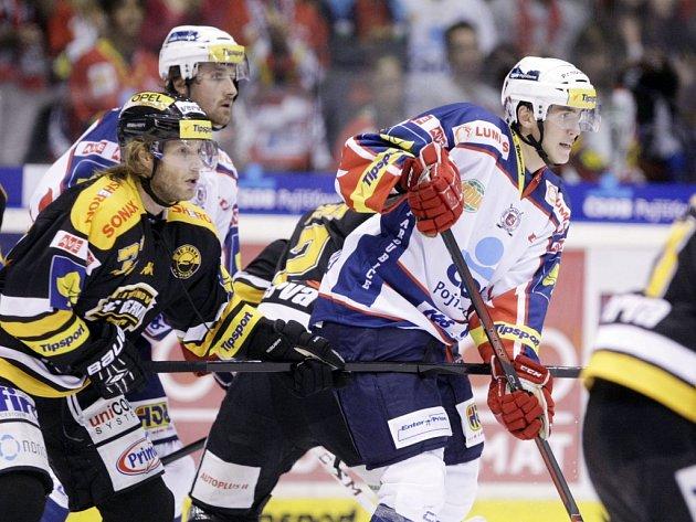 Hokejisté Pardubic (ve světlém) proti Litvínovu.