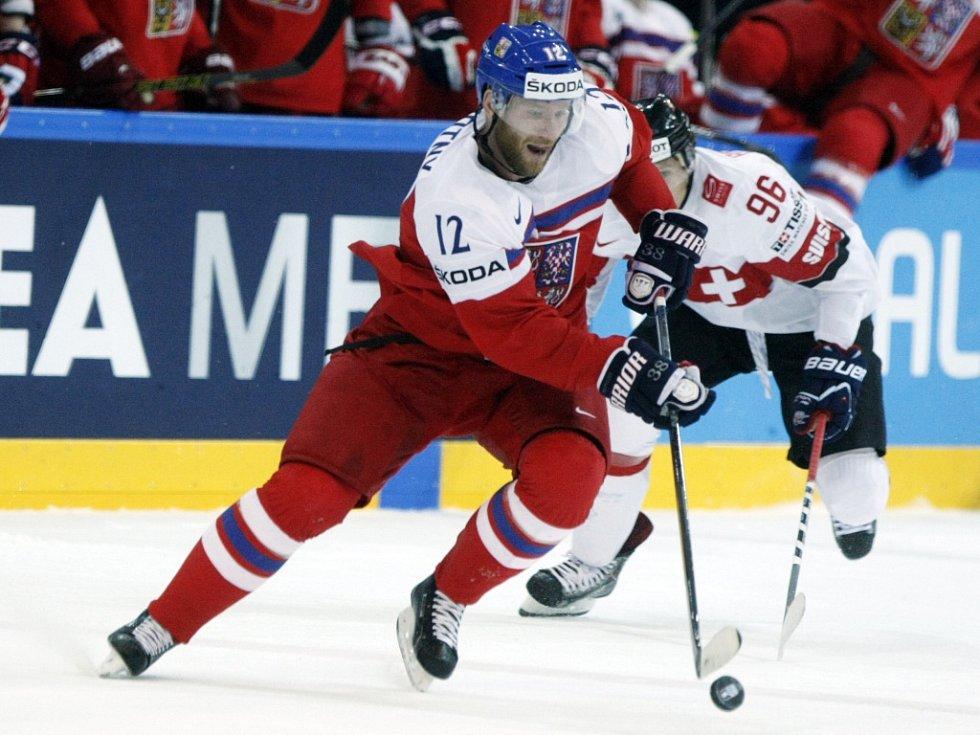 Jiří Novotný (vlevo) uniká Damienu Brunnerovi ze Švýcarska.