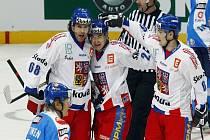 Čeští reprezentanti Ondřej Němec (vpravo), Jiří Hudler (uprostřed) se radují z gólu Jaromíra Jágra (vlevo).