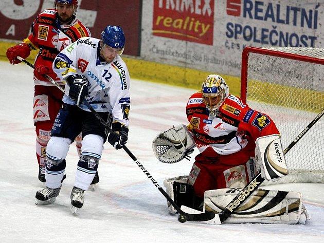 Vítkovický Petr Vrána (v bílém) se snaží překonat gólmana Slavie Roberta Slipčenka.