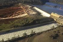 Kalifornská přehrada Oroville je stabilizovaná, protržení nehrozí