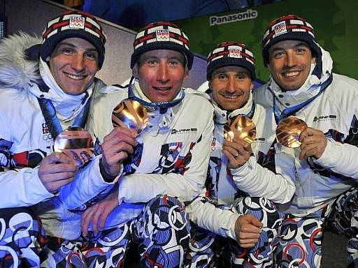 Martin Jakš, Lukáš Bauer, Jiří Magál a Martin Koukal (zleva) s bronzovými medailemi z olympijského závodu štafet.
