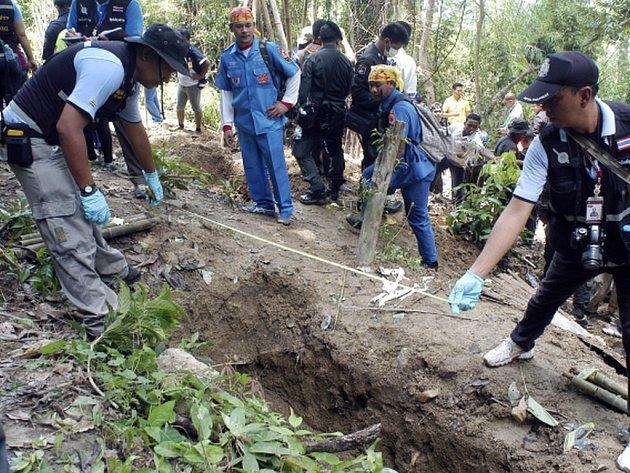 Malajsijská policie objevila 139 hrobů, které mohou obsahovat ostatky běženců. V některých hrobech se prý nacházelo více těl.