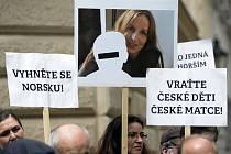 V Praze se 30. května konal pochod, jehož účastníci položili před norské velvyslanectví růže jako symbol údajné šikany dětí ze strany sociálních úřadů v Norsku.