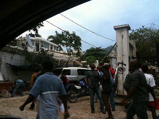 Silné zemětřesení zasáhlo karibský stát Haiti. Nejvíce postiženo je hlavní město Port-au-Prince, které bylo z velké části zničeno, mnoho lidí je pohřešováno, desetitisíce se ocitly bez střechy nad hlavou.