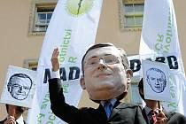 Odboráři uspořádali 12. července v Praze happening a demonstraci proti reformním zákonům.