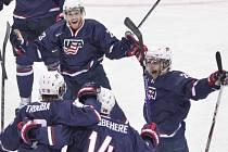 Hokejisté Spojených států oslavují gól Rocco Grimaldiho do švédské sítě.