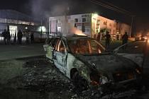 Podle řecké policie protest začal v neděli večer, když pětatřicetiletou uprchlici a jejího desetiletého syna zachytil automobilem šestasedmdesátiletý řecký řidič. Uprchlíci auto podpálili a řidič byl předveden k výslechu.