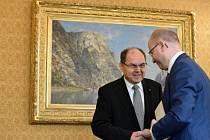 Zleva německý ministr pro zemědělství a výživu Christian Schmidt a premiér Bohuslav Sobotka na jubilejní konferenci při příležitosti 20. výročí podepsání Česko-německé deklarace, která se konala 30. ledna v Praze.