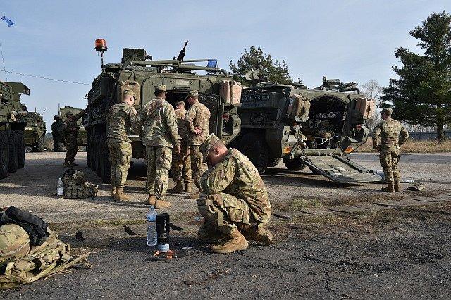 Konvoj amerických a britských vojáků dorazil do Jaselských kasáren.