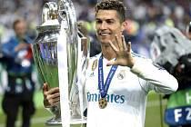 Cristiano Ronaldo s trofejí pro vítěze Ligy mistrů.