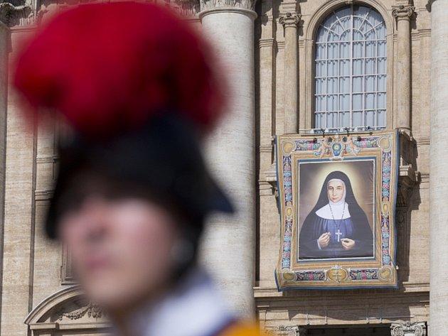 """Papež vybídl věřící, aby následovali """"zářný příklad"""" kanonizovaných jeptišek jako """"vzory svátosti"""". První palestinské světice – Baouardyová a Ghattasová – působily v Betlémě a Jeruzalémě."""