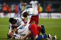 Pierre Michel Lasogga slaví se spoluhráči gól. Hamburk zdolal Brémy