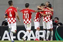 Fotbalisté Hapoelu Beer Ševa se radují z gólu do sítě pražské Slavie v zápase Evropské ligy.