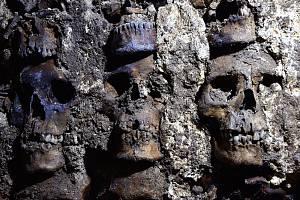 Lebky místo cihel. Mexičtí archeologové vykopali další část obřadní věže