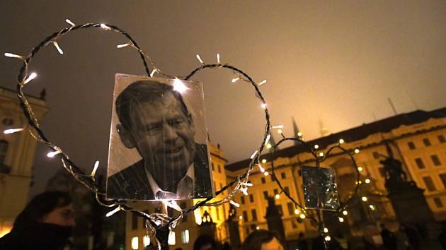 Vzpomínkový pochod Srdce na Hrad 2020 na Hradčanské náměstí v den výročí úmrtí bývalého prezidenta Václava Havla se konal 18. prosince 2020 v Praze
