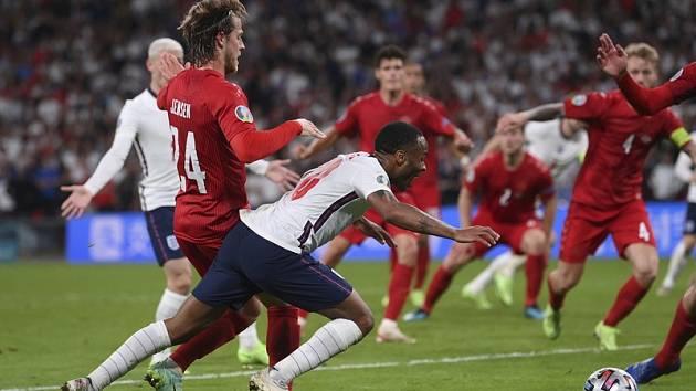 Klíčový okamžik semifinále Eura: Raheem Sterling po souboji s dánským obráncem padá k zemi.