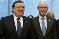 Josého Barroso (vlevo) a Herman Van Rompuy.