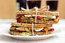 Středomořský sendvič se zeleninou a bazalkovým pestem