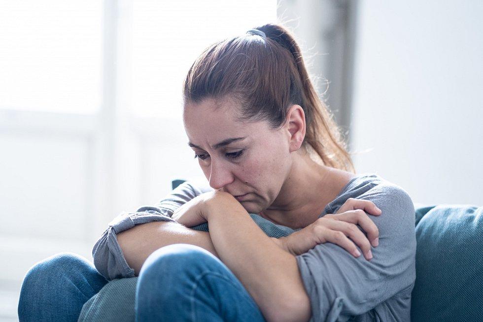 Zatímco některým lidem vadí samota, jiné může naopak trápit příliš času stráveného kvůli omezení pohybu s rodinou. Důležité je najít rovnováhu.