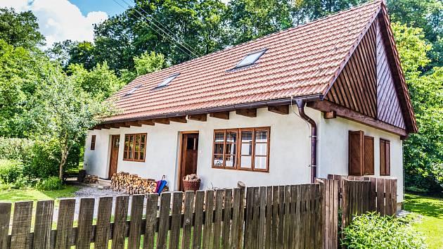 V rámci rekonstrukce venkovských chalup vyžadují většinou výměnu původně netěsnící okna.