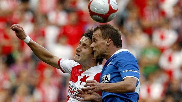 Slavia Praha - Baník Ostrava: Dušan Vasiljevič ze Slavie (v červenobílém) a Daniel Tchuř z Baníku.