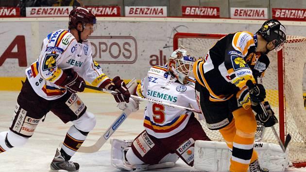 Litvínovský útočník Peter Jánský se snaží bekhendovou dorážkou překonat brankáře Sparty Tomáše Dubu.