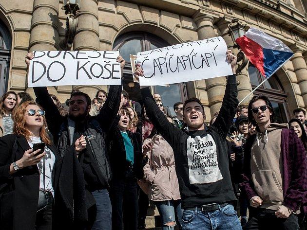 Stávka studentů Vyjdi ven: snímek je z náměstí Jana Palacha v Praze, kde se sešli studenti UMPRUM, Filosofické fakulty, konzervatoře a SZŠ a VOŠ zdravotnické.