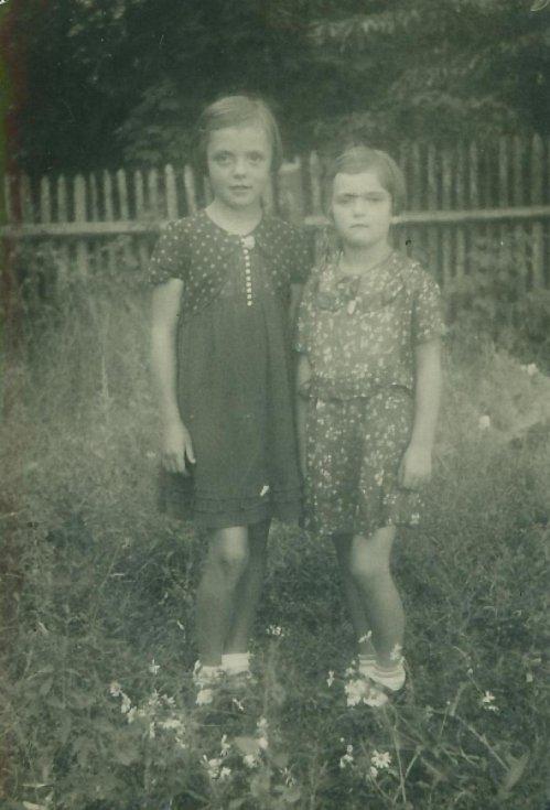 Věra Vitoušová (vlevo) s mladší sestrou Boženou.