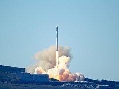 Z kalifornské Vandenbergovy základny odstartovala k letu na oběžnou dráhu raketa Falcon 9 americké společnosti SpaceX.