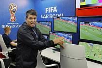 MÍSTNOST PRO VIDEOROZHODČÍ. Takhle vypadá prostor, kde zasednou speciální sudí. Novináře provedl Massimo Busacca, šéf rozhodčích v mezinárodní federaci FIFA.