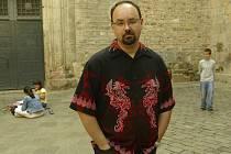 Ve věku 55 let zemřel na rakovinu zřejmě nejúspěšnější španělský spisovatel současnosti Carlos Ruis Zafón (na snímku z roku 2004).