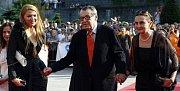 Režisér Miloš Forman přichází v doprovodu své manželky Martiny (vlevo) a herečky Evy Holubové na zahájení 44. Filmového festivalu v Karlových Varech 3. července 2009.