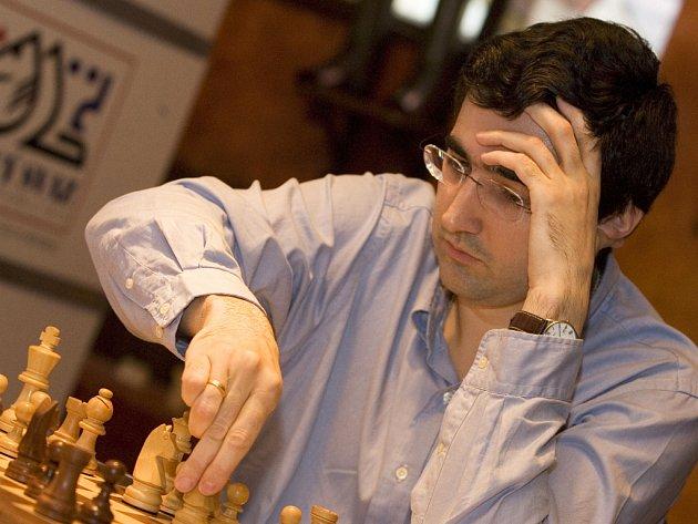 Vladimir Kramnik se ocitl při boji o titul mistra světa s Indem Ánandem ve složité pozici.